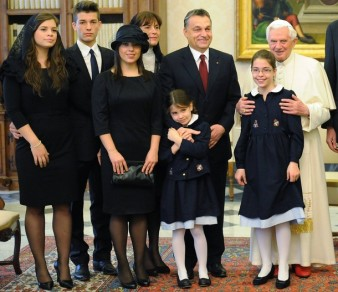Pope Benedict XVI (R) poses with Hungary's Prime Minister Viktor Orban (3rd R) and his family during a private audience at the Vatican December 6, 2010. REUTERS/Alberto Pizzoli/Pool (VATICAN - Tags: RELIGION POLITICS)