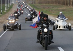 "ORYOL REGION, RUSSIA. APRIL 28, 2015. Night Wolves motorcycle club leader Alexander Zaldostanov (front) aka Khirurg [Surgeon] riding during a motocross titled ""Flame of Memory – Flame of Unity"" on the route Moscow-Tula-Oryol. Also pictured: Oryol Region governor Vadim Potomsky (R background). Artyom Geodakyan/TASS Dostawca: PAP/ITAR-TASS."