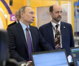 Rusya Devlet Baskani Vladimir Putin (solda), Internet Gelistirme Enstitusu Baskani German Klimenko'ya (sagda) danismasi olmasi icin is teklifinde bulundu.