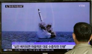 z17947964ihkoreanczycy-ogladaja-prezentacje-nowych-rakiet